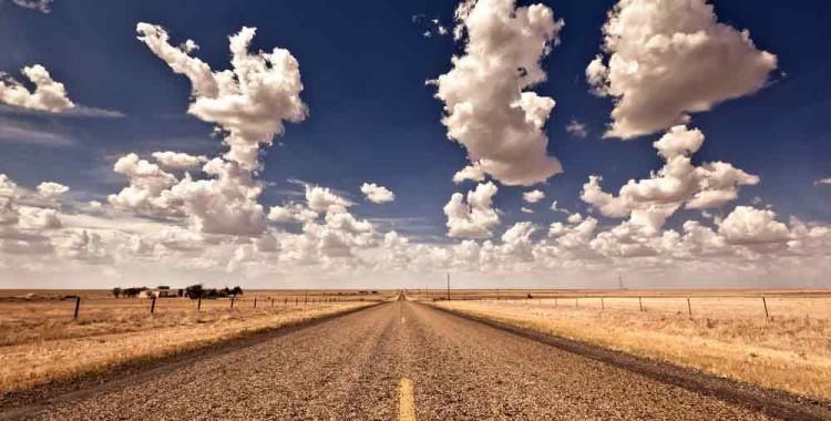 Strada in mezzo al deserto degli Stati Uniti